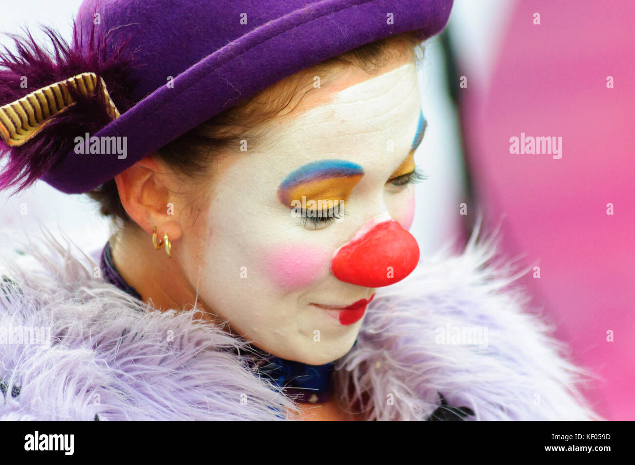 Female mime artist with painted face and  costume performs on the high street during the Edinburgh Fringe Festival - Stock Image