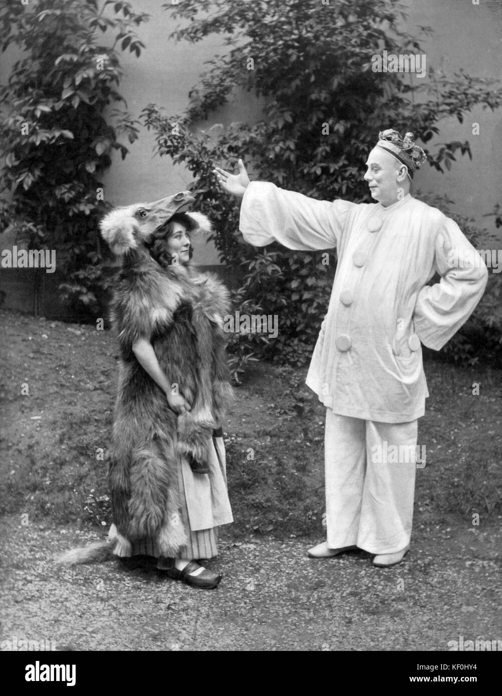 Chr. Mendelys as La Gardeuse D'Oie and Raoul de Najac as King Pierrot in ' Peau D'Ane ' (Donkey - Stock Image