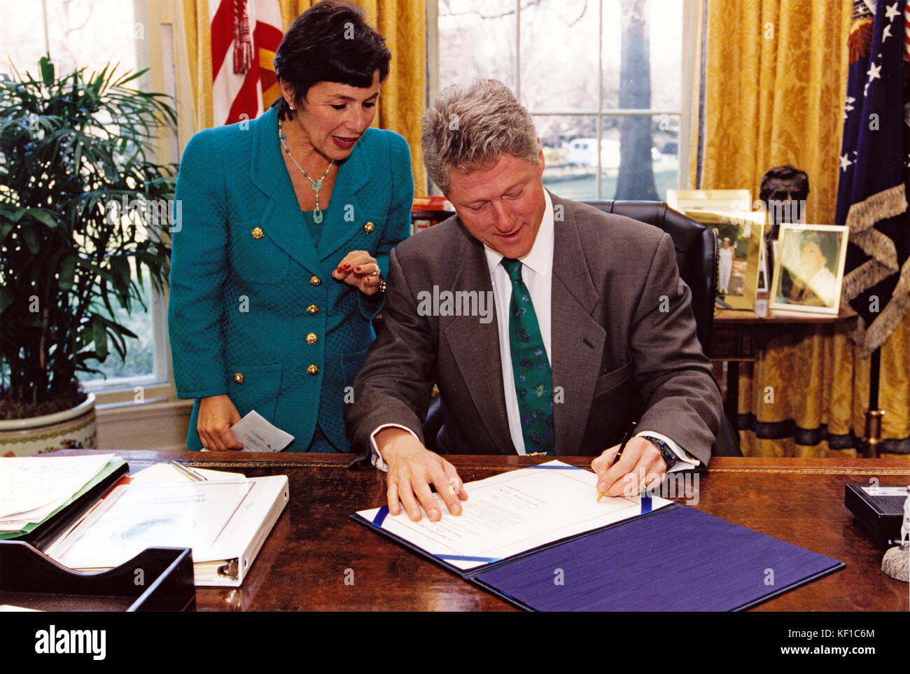 United States President Bill Clinton signs into law S. 1789, legislation that will allow the use of federal bridge - Stock Image