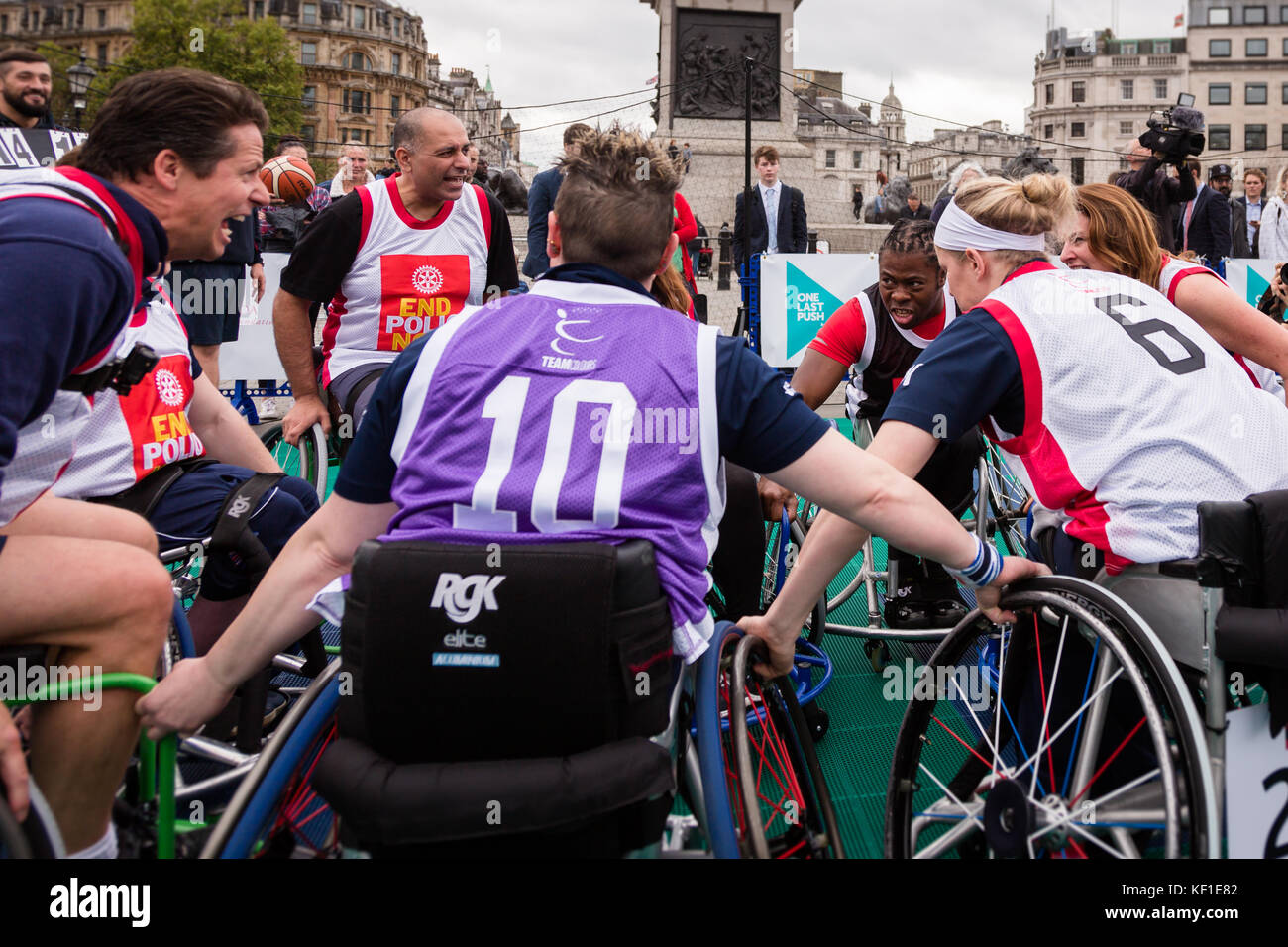 London, UK. 24th October, 2017. Paralympian and Polio Survivour Ade Adepitan briefing one of the teams during a - Stock Image