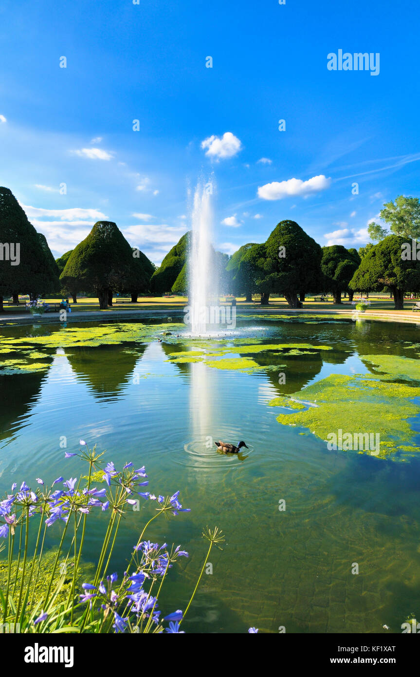 The Great Fountain Garden surrounded by ancient yew trees on a perfect summer's afternoon, Hampton Court Palace - Stock Image