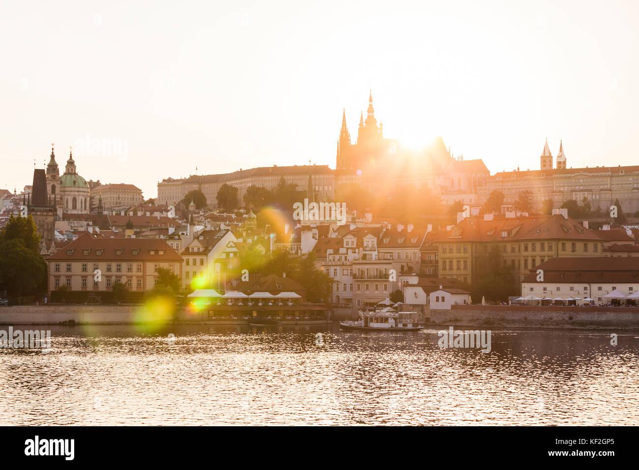 Tschechien, Prag, Kleinseite, Moldau, Hradschin, Hrad, Burg, Ausflugsboot, Sonnenuntergang - Stock Image