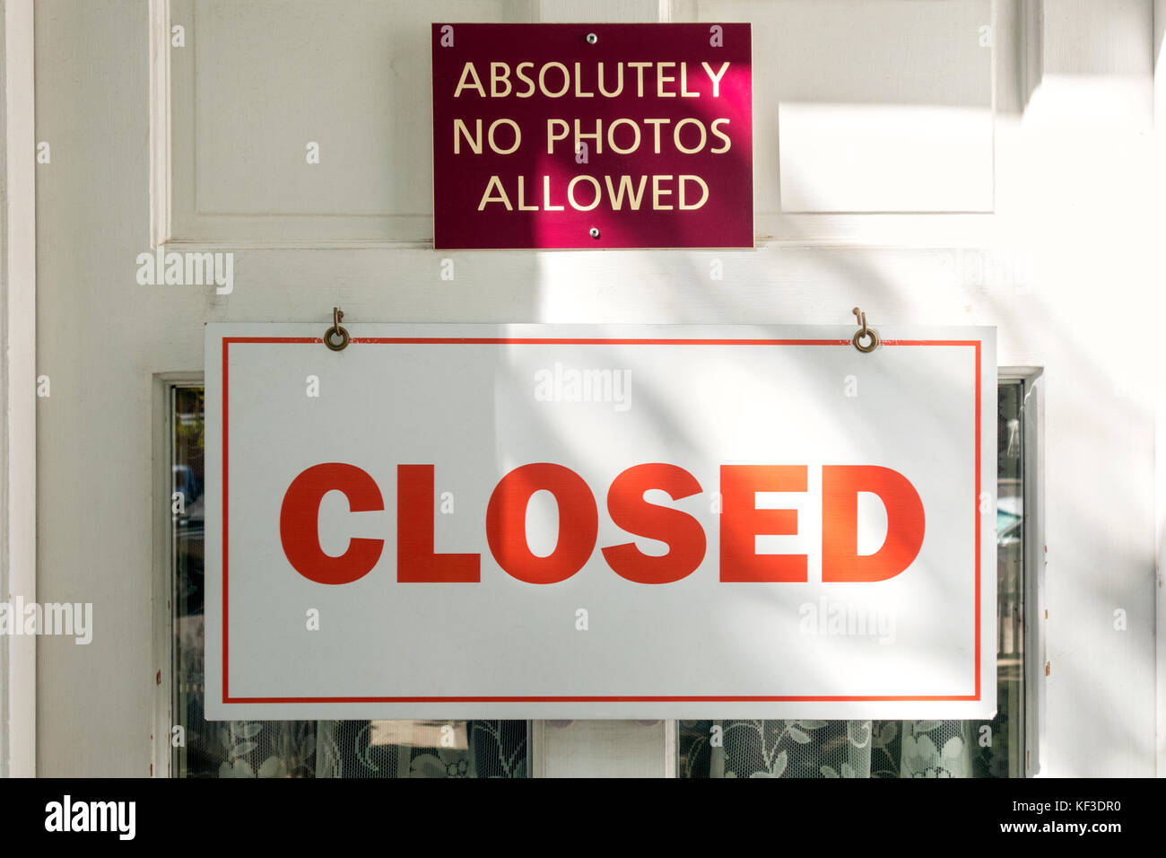 Sign Absolutely no photos allowed on closed museum door with sign closed. - Stock Image