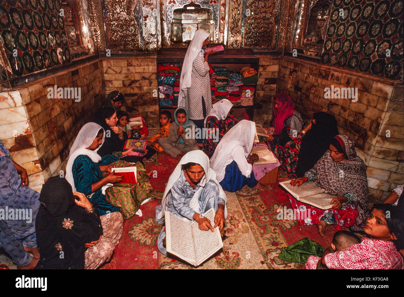 Women reciting the Quran at the Mausoleum of Lal Shahbaz Qalander, Sehwan Sharif, Sindh, Pakistan, 1990. - Stock Image