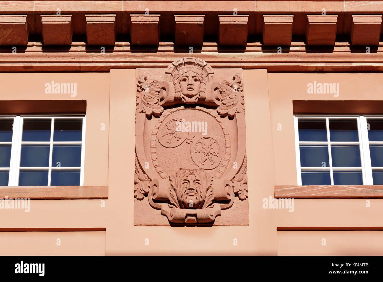 Staatstheater in Mainz, Rheinland-Pfalz, Grosses Haus, Kartusche an der Fassade, Schmuckkartusche, allegorische - Stock Image