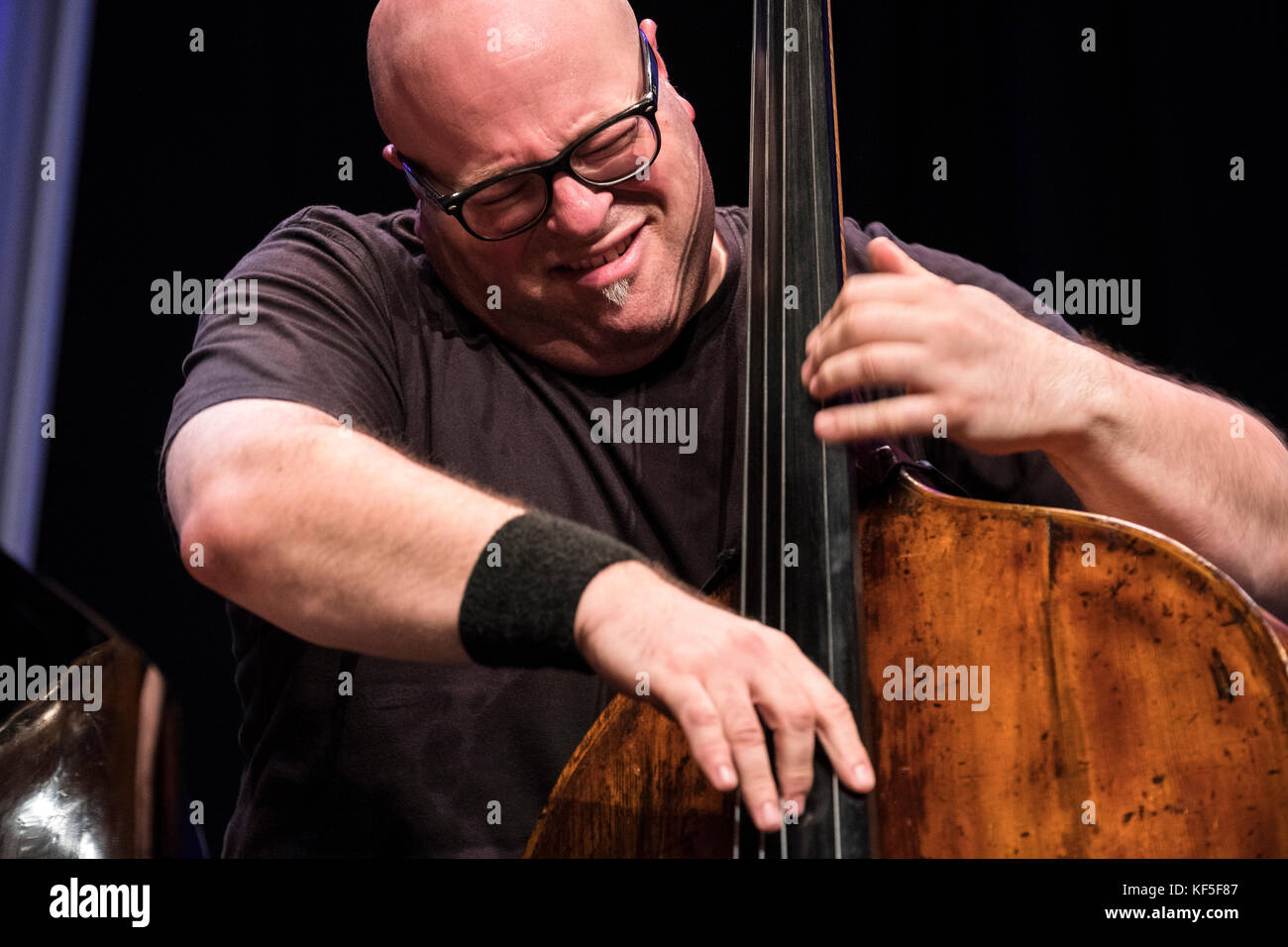 Yaron Stavi solo's on bass with The Lowest Common Denominator, Scarborough Jazz festival, 2017 - Stock Image