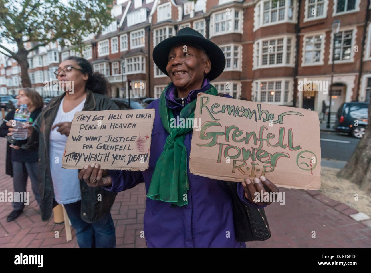 London, UK. 25th Oct,  2017. A protester outside the Royal Borough of Kensington & Chelsea council meeting holds - Stock Image