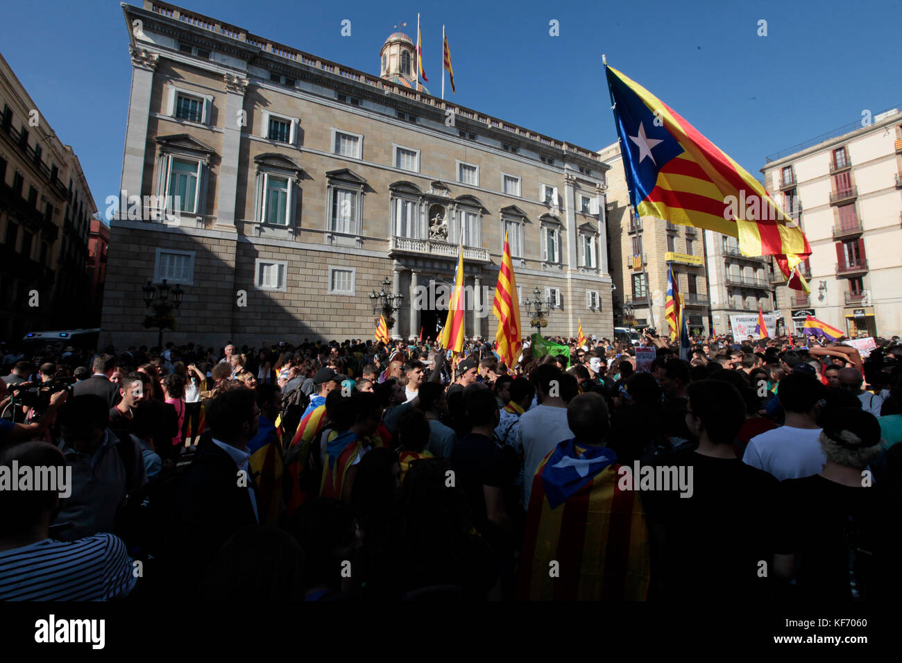 Barcelona, Spain. 26th October, 2017.   President of Catalonia, Carles Puigdemont, gives a speech at the Palau de - Stock Image