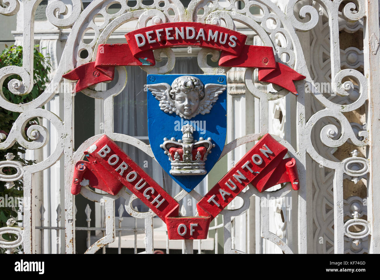 Town crest on entrance gate to Vivary Park, Taunton, Somerset, England, United Kingdom - Stock Image