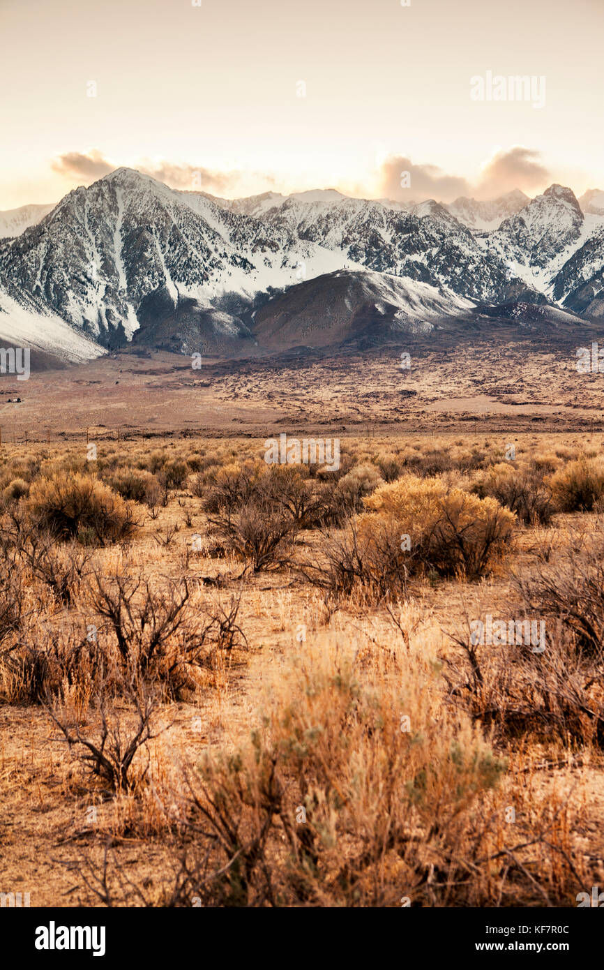 USA, California, Mammoth, snow dusted mountain ranges north of Independence - Stock Image