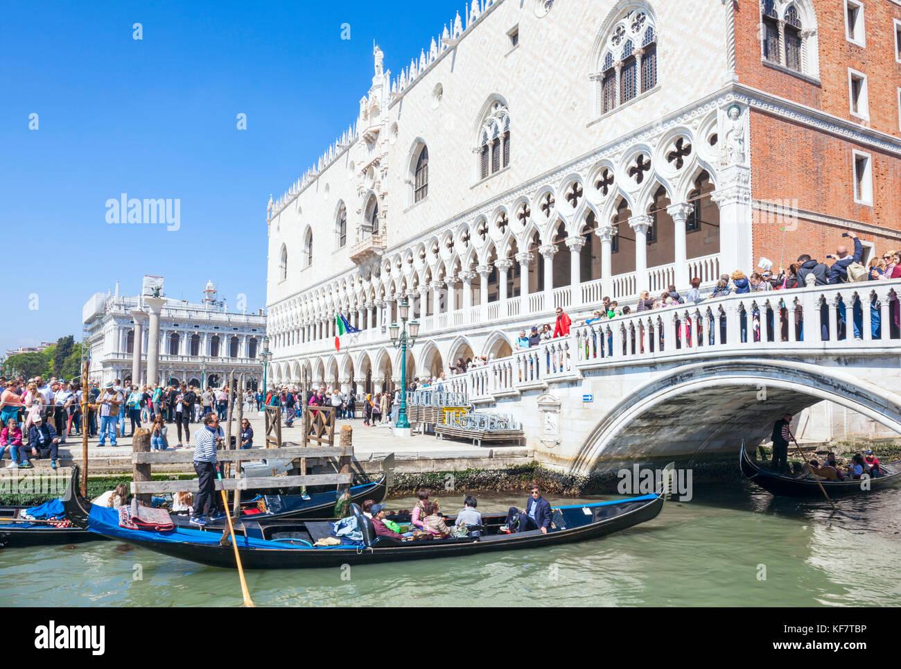 VENICE ITALY VENICE Busy crowds of tourists on the Ponte della Paglia visiting Venice Riva degli Schiavoni promenade - Stock Image