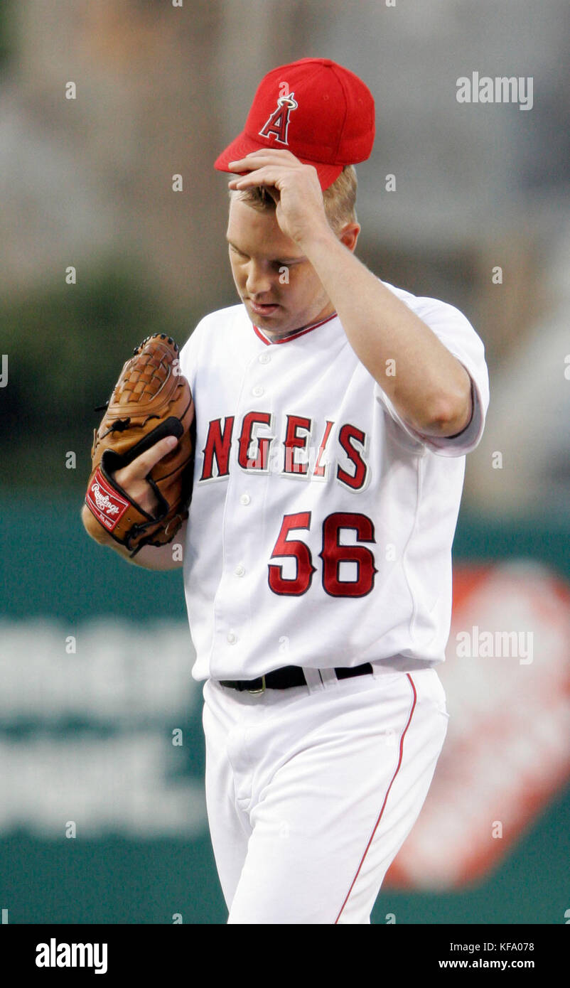 Los Angeles Angels pitcher Jarrod Washburn holds his cap in the first inning after giving up three runs to the Chicago - Stock Image