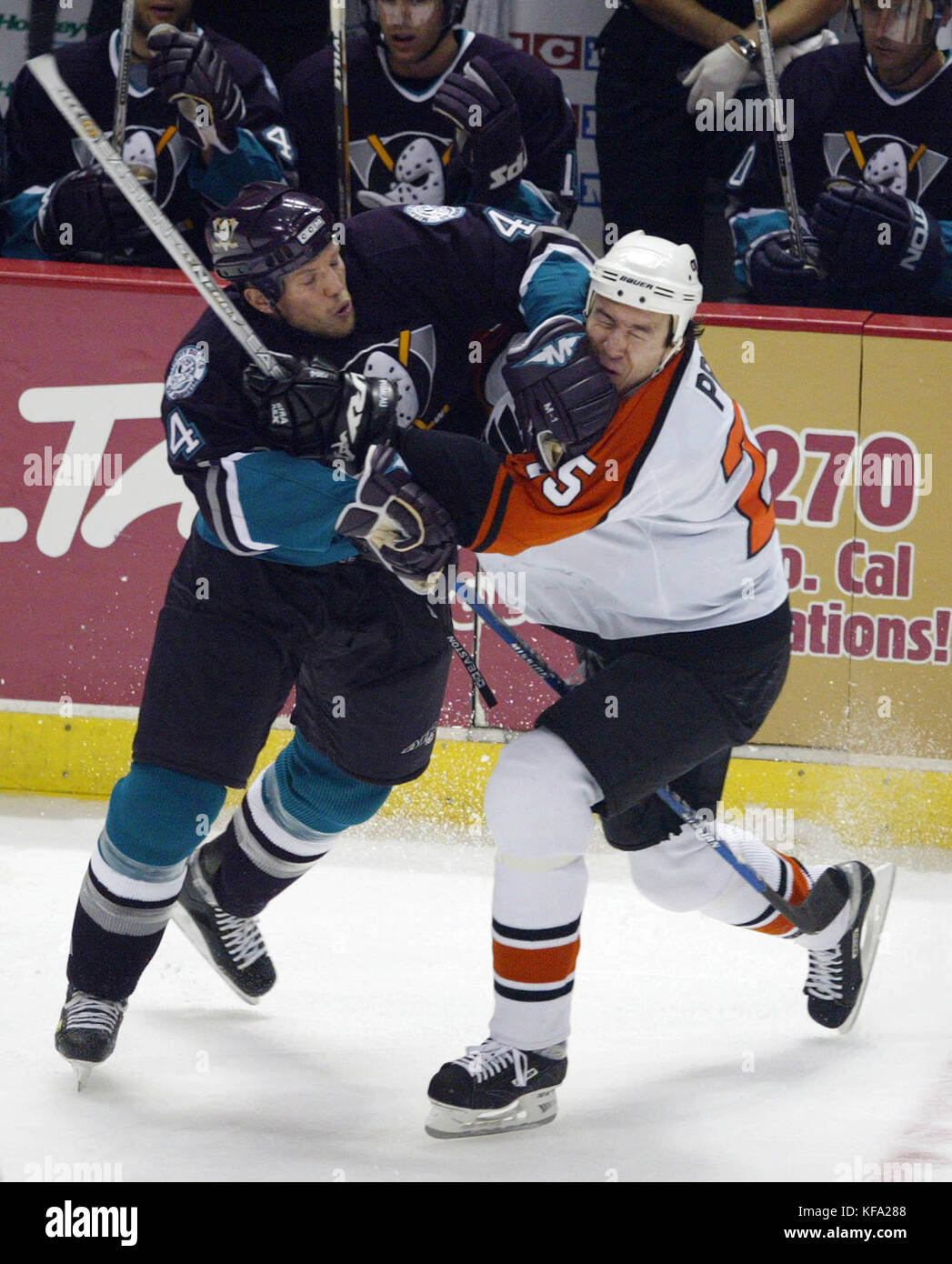 FBS03 20031022 ANAHEIM ,CA , UNITED STATES :  Philadephia Flyers Keith Primeau, right, gets a forearm to the face - Stock Image