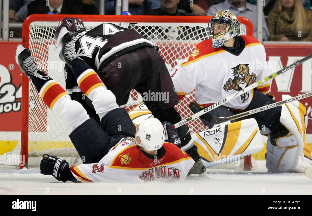 Florida Panthers goalie Roberto Luongo, right, watches Anaheim Mighty Ducks' Rob Niedermayer (44) and Panthers' - Stock Image