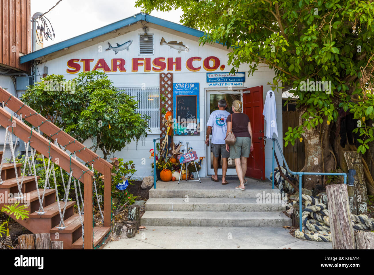Couple entering Star Fish Co Seafood Market and Dockside Restaurant in the historic Florida fishing village of Cortez - Stock Image