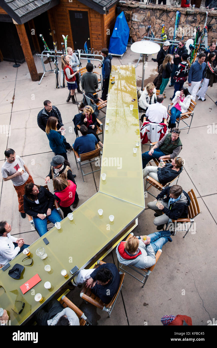 USA, Colorado, Aspen, apres ski scene at the Sky Bar at the Sky Hotel - Stock Image