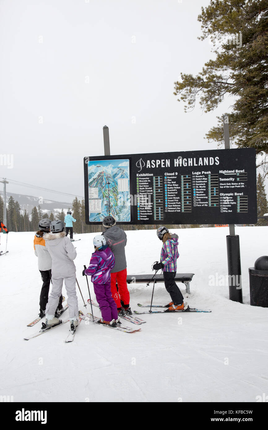 Usa Colorado Aspen Skiers Look At A Trail Map At