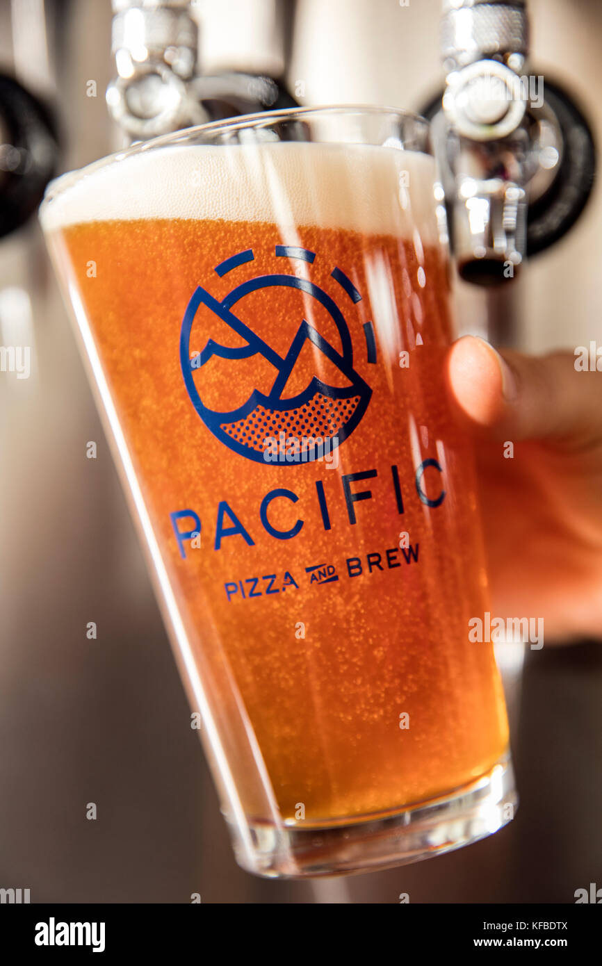 USA, Oregon, Bend, Pacific Pizza and Brew, pouring a pint glass of beer - Stock Image