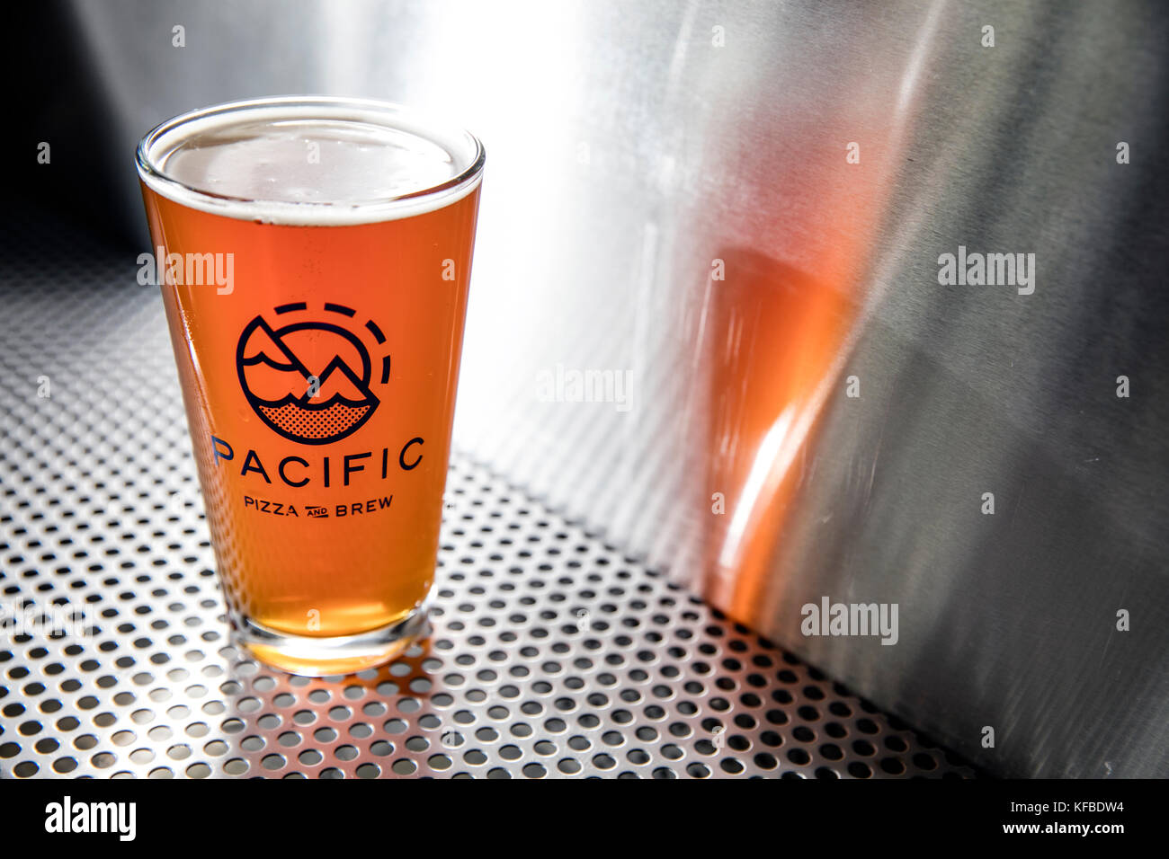 USA, Oregon, Bend, Pacific Pizza and Brew, pint glass of brew beer - Stock Image