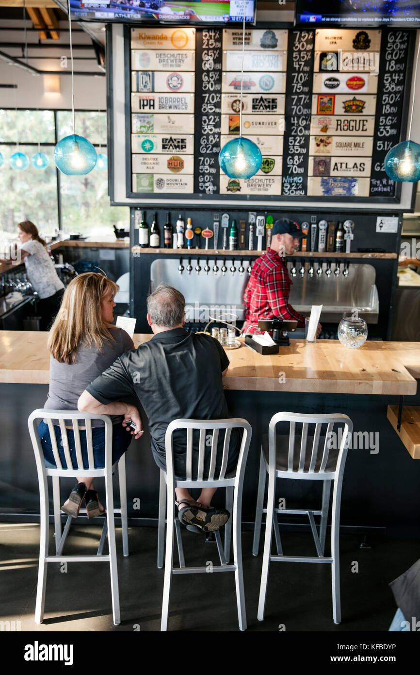USA, Oregon, Bend, Pacific Pizza and Brew, couple at bar - Stock Image
