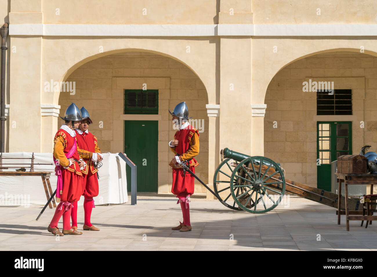 Soldaten bei der In Guardia Parade in historischen Uniformen im Fort St Elmo, Valletta, Malta   Soldiers of the - Stock Image