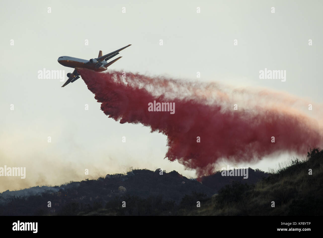 Wildomar, CA, USA. 26th Oct, 2017. A resident takes a video as the Cal Fire DC-10 firefighting aircraft battles - Stock Image