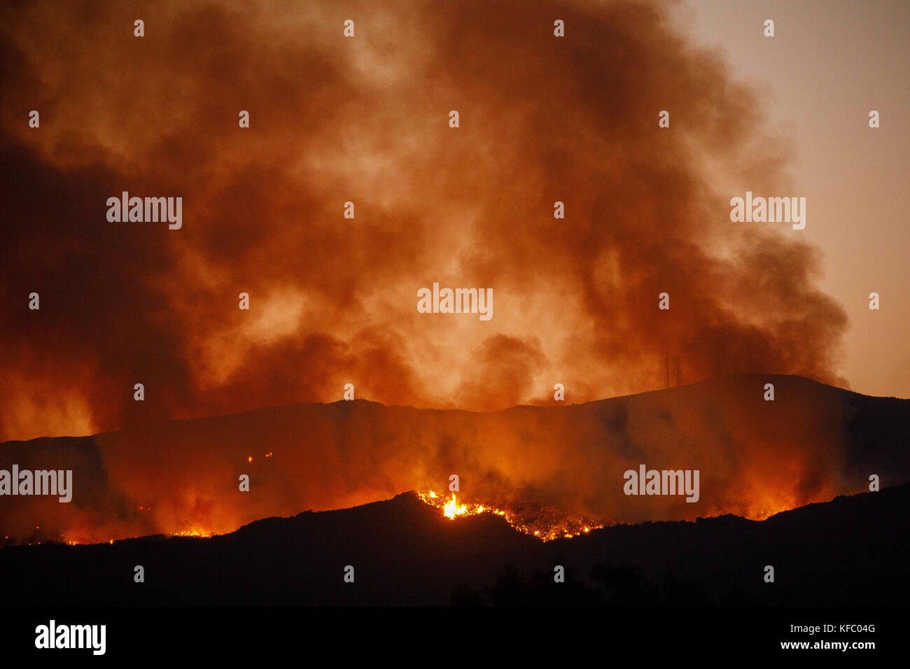 Wildomar, CA, USA. 26th Oct, 2017. The Wildomar wildfire burns at night in the Cleveland National Forest on Thursday, - Stock Image