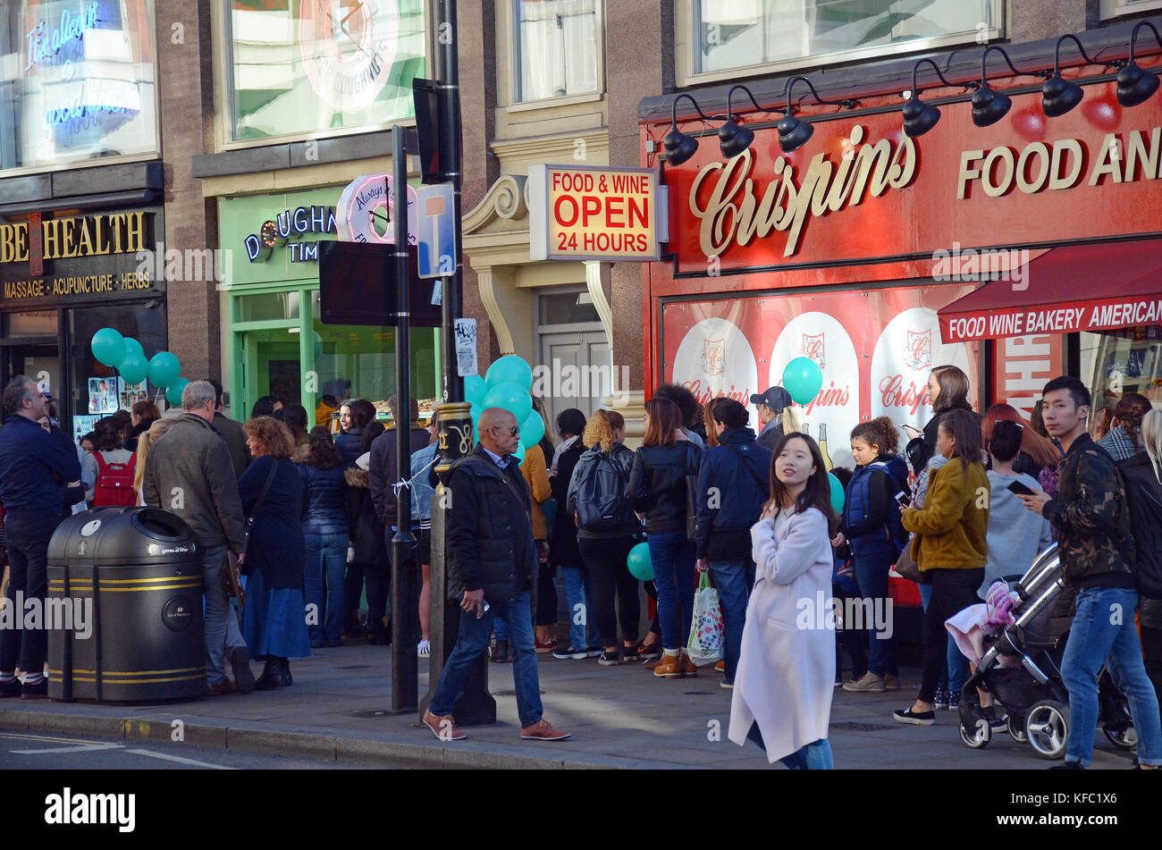 London, UK, 27/10/2017 Queues around the corner for free doughnuts to celebrate the opening of a new branch of Doughtnut Stock Photo