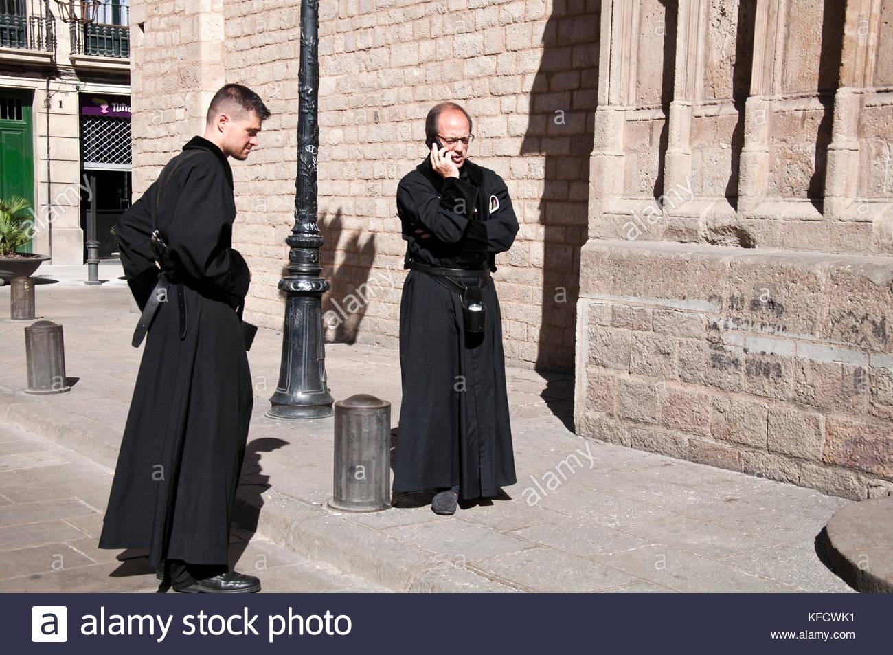 Dos hombres vestidos de monje, Plaza Santa María del Mar, Barcelona, Ciutat Vella, España - Stock Image