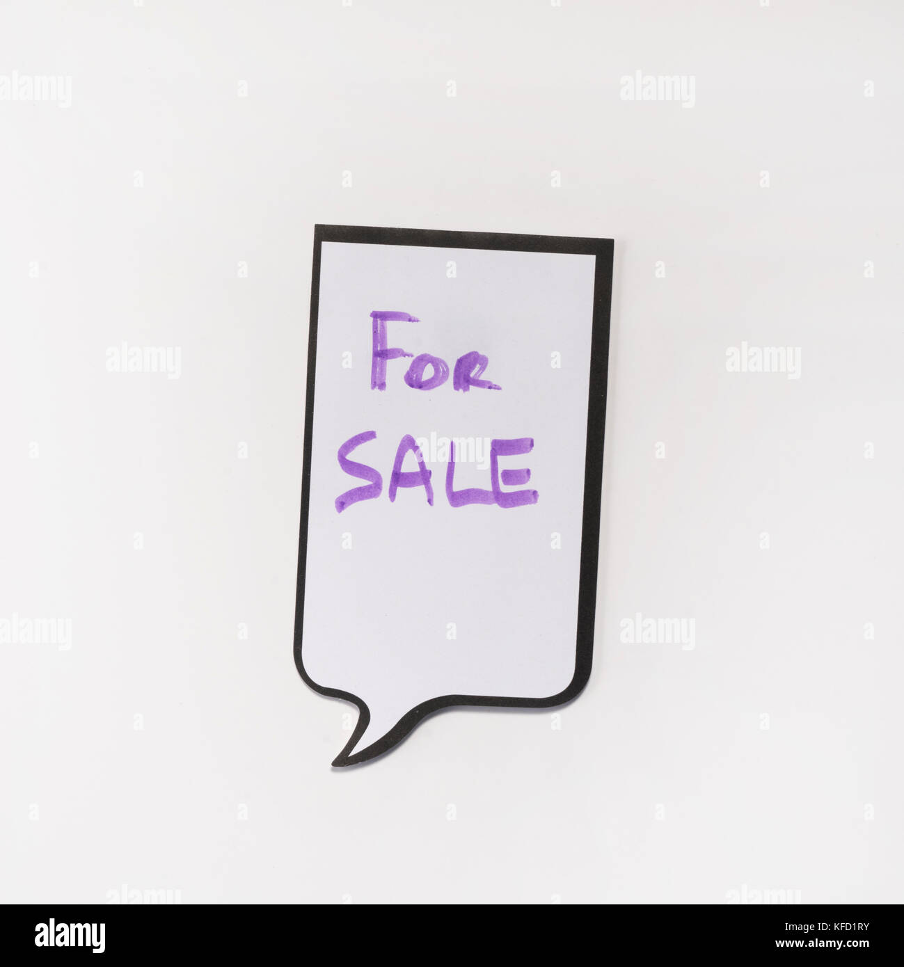 a white memo pad with the shape of a comic with the inscription 'for sale' - Stock Image