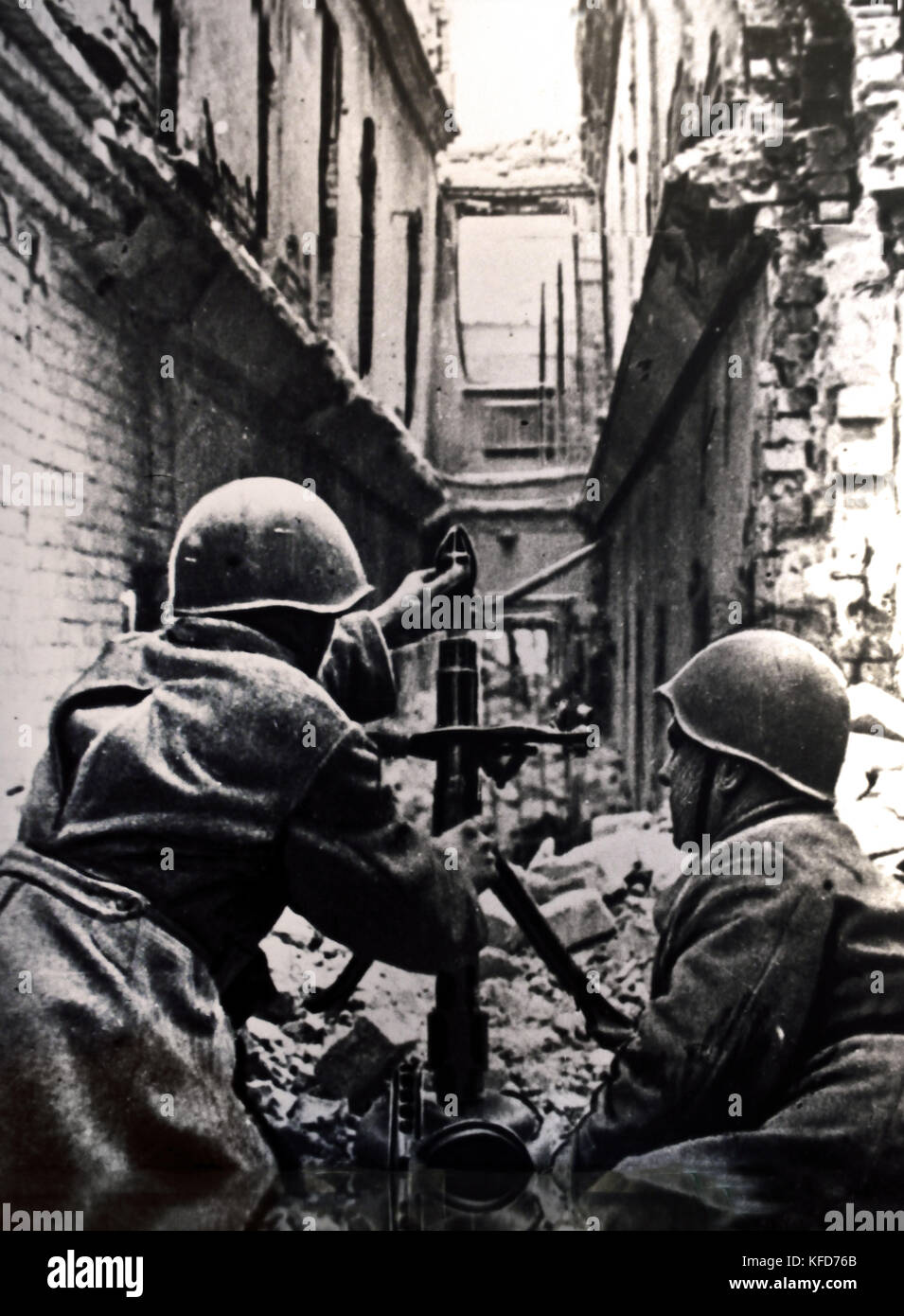 Fighting in the streets of Stalingrad a Soviet mortar in Action World War ( The Battle of Stalingrad 1942 –1943 - Stock Image