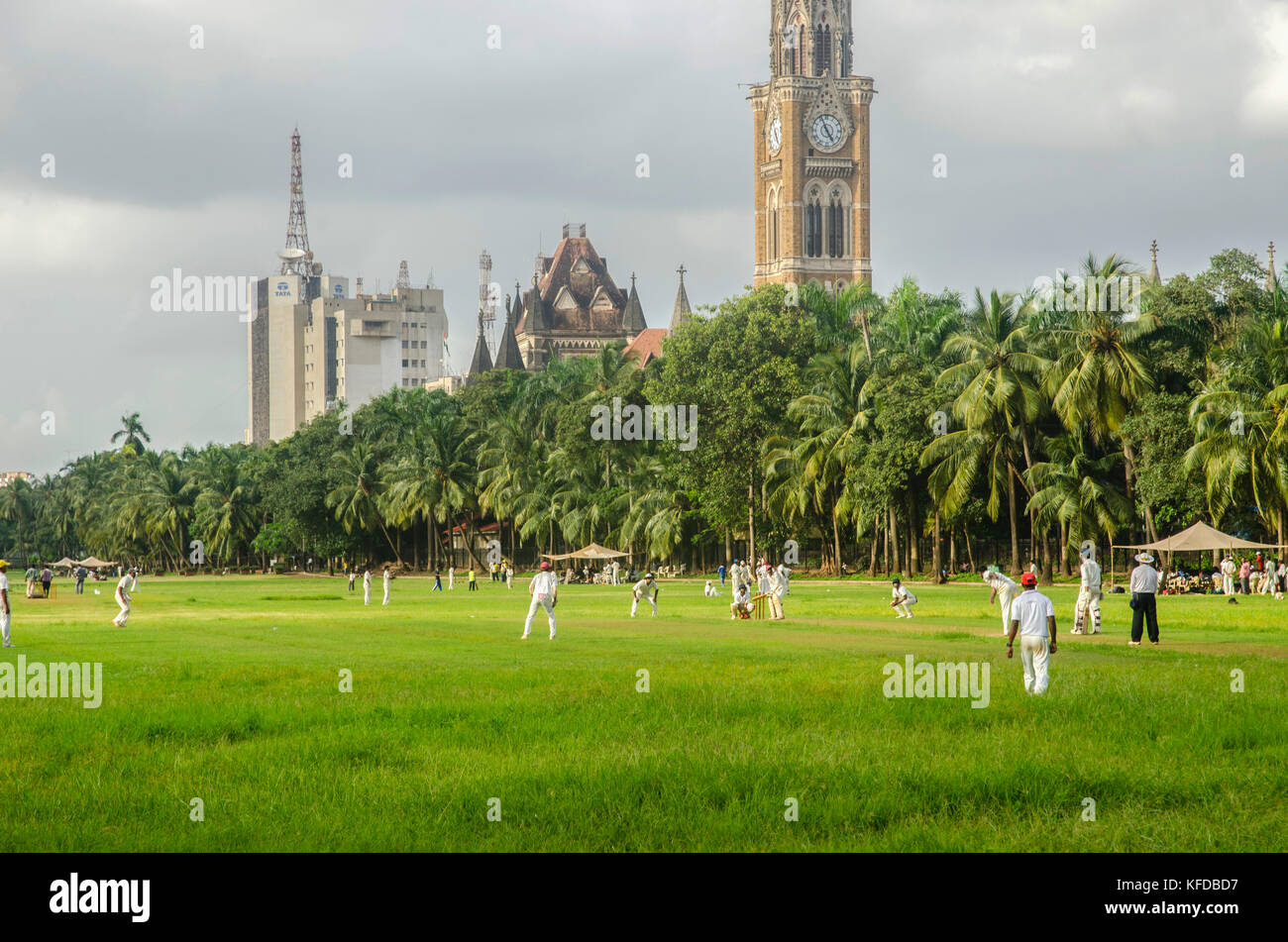 People playing cricket in Mumbai, India - Stock Image