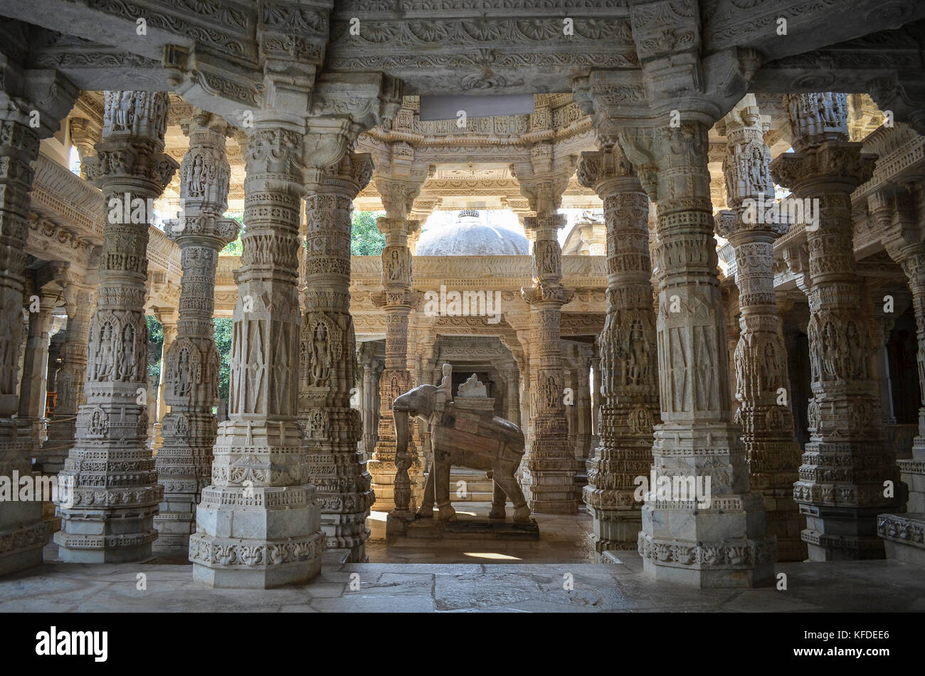 Interior view of Ranakpur Jain Temple, Ranakpur. Carvings and marble columns and a statue of an elephant. - Stock Image