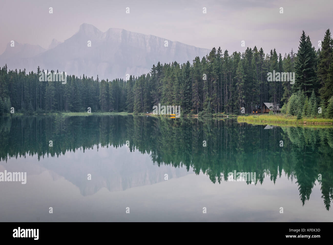Cabin in front of Mount Rundle at Two Jack Lake in Alberta, Cana - Stock Image