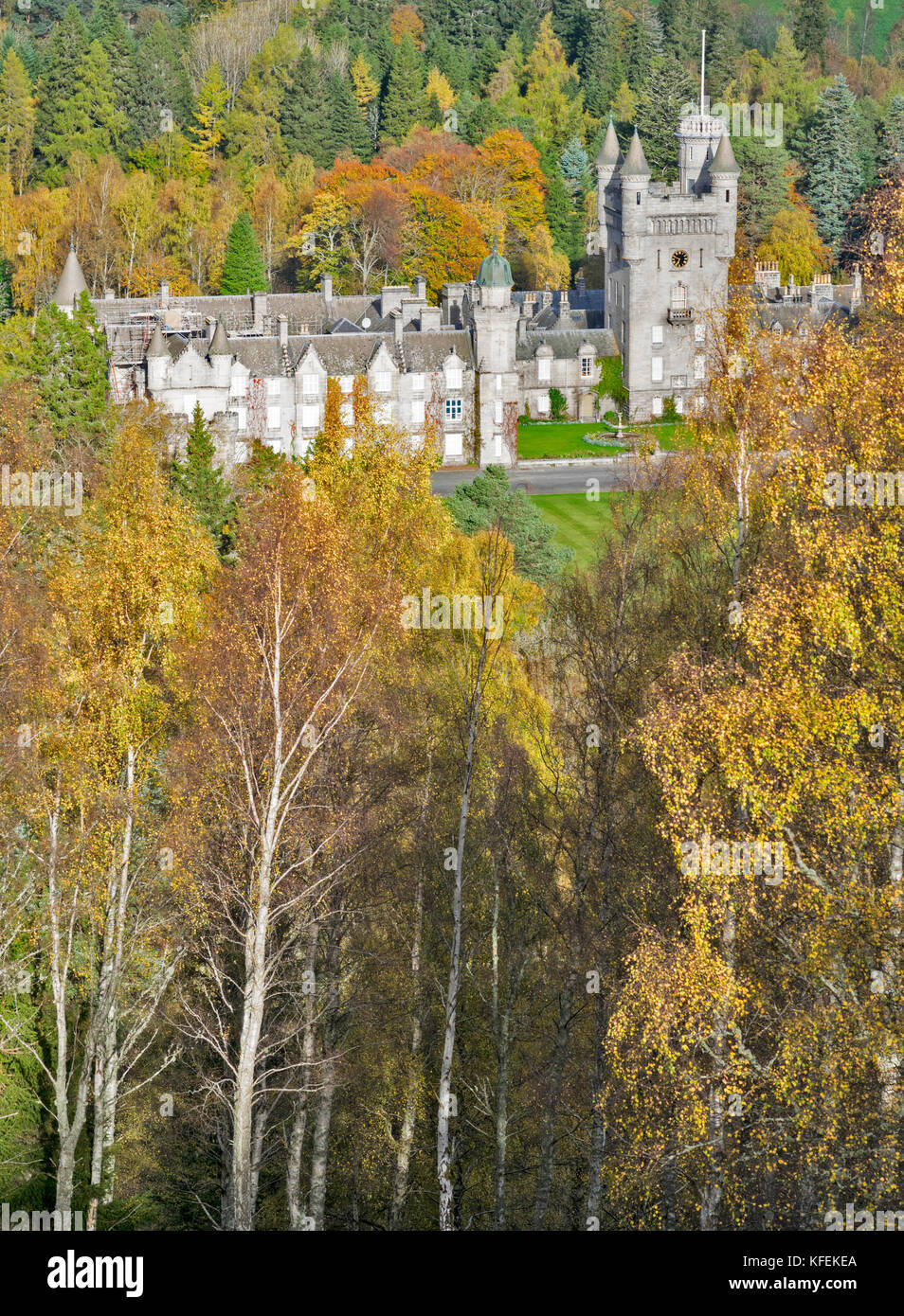 BALMORAL CASTLE ROYAL DEESIDE ABERDEENSHIRE SCOTLAND BIRCH TREES WITH AUTUMN LEAVES SURROUND THE CASTLE - Stock Image