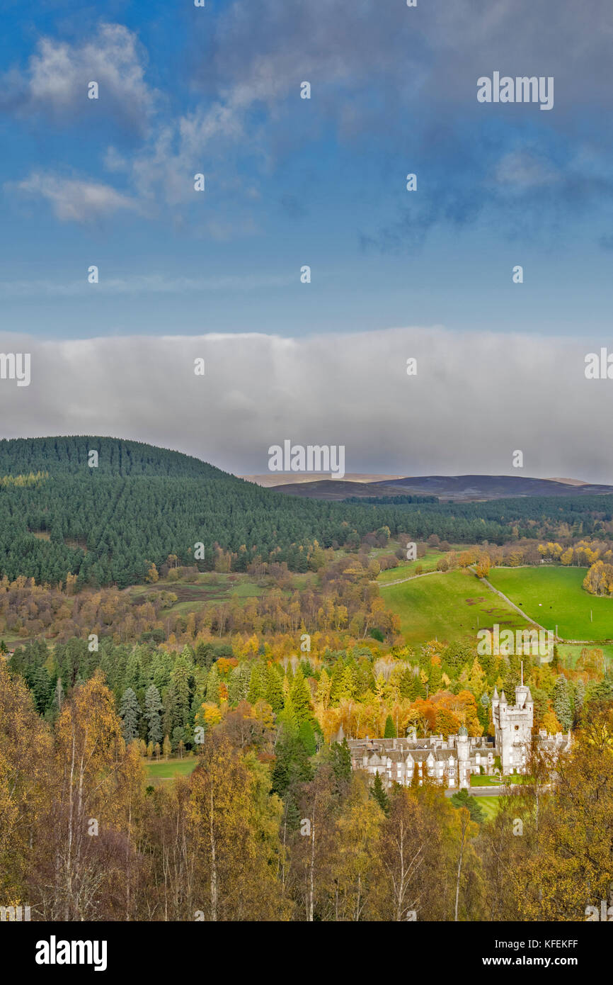 BALMORAL CASTLE ROYAL DEESIDE ABERDEENSHIRE SCOTLAND SUNLIGHT ON THE CASTLE BLUE SKY OVER HILLS  BIRCH TREES WITH - Stock Image