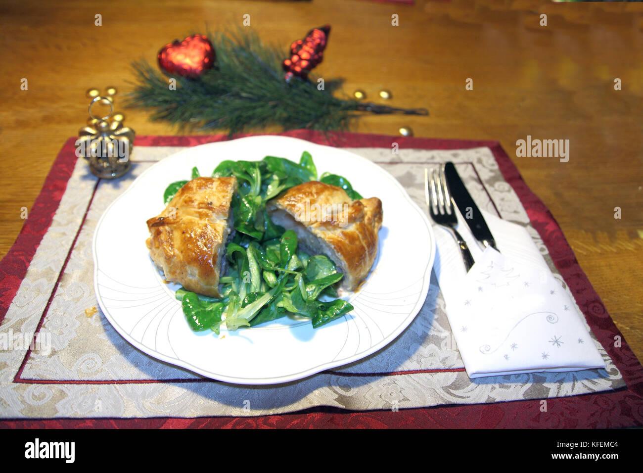 Rinderfilet, Filet in Blätterteig mit Feldsalat an Weihnachten - Stock Image