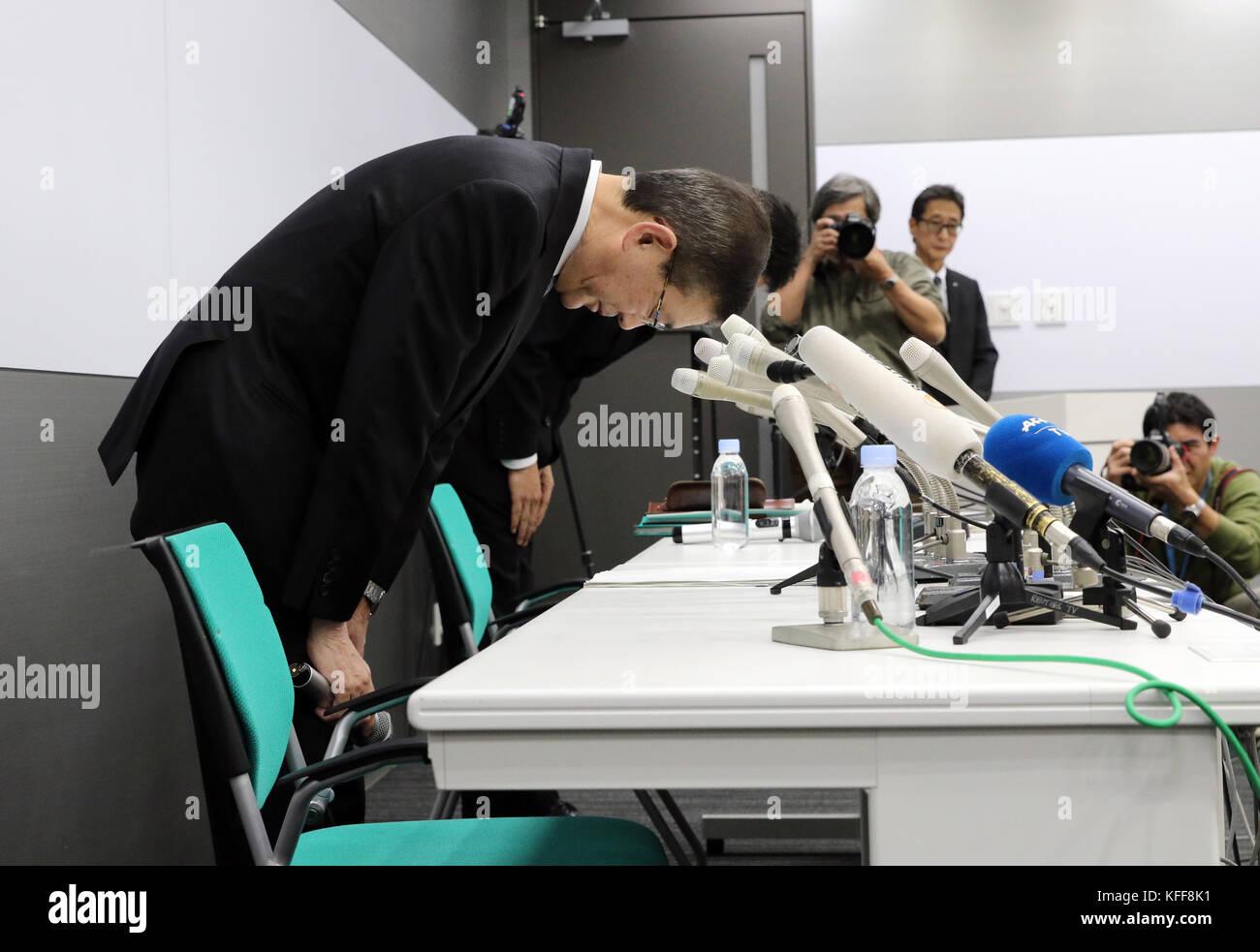 Tokyo, Japan. 27th Oct, 2017. Japanese automaker Subaru president Yasuyuki Yoshinaga bows his head as he apologizes - Stock Image