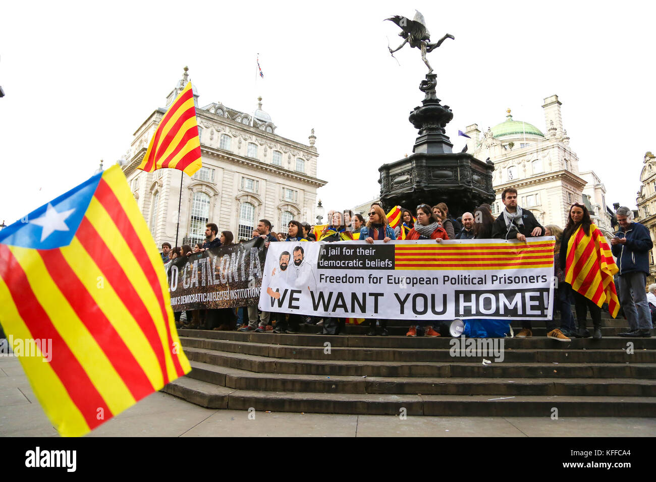 Piccadilly Circus. London. UK 28 Oct 2017 - Demonstrators protest in London's Piccadilly Circus against Spanish - Stock Image