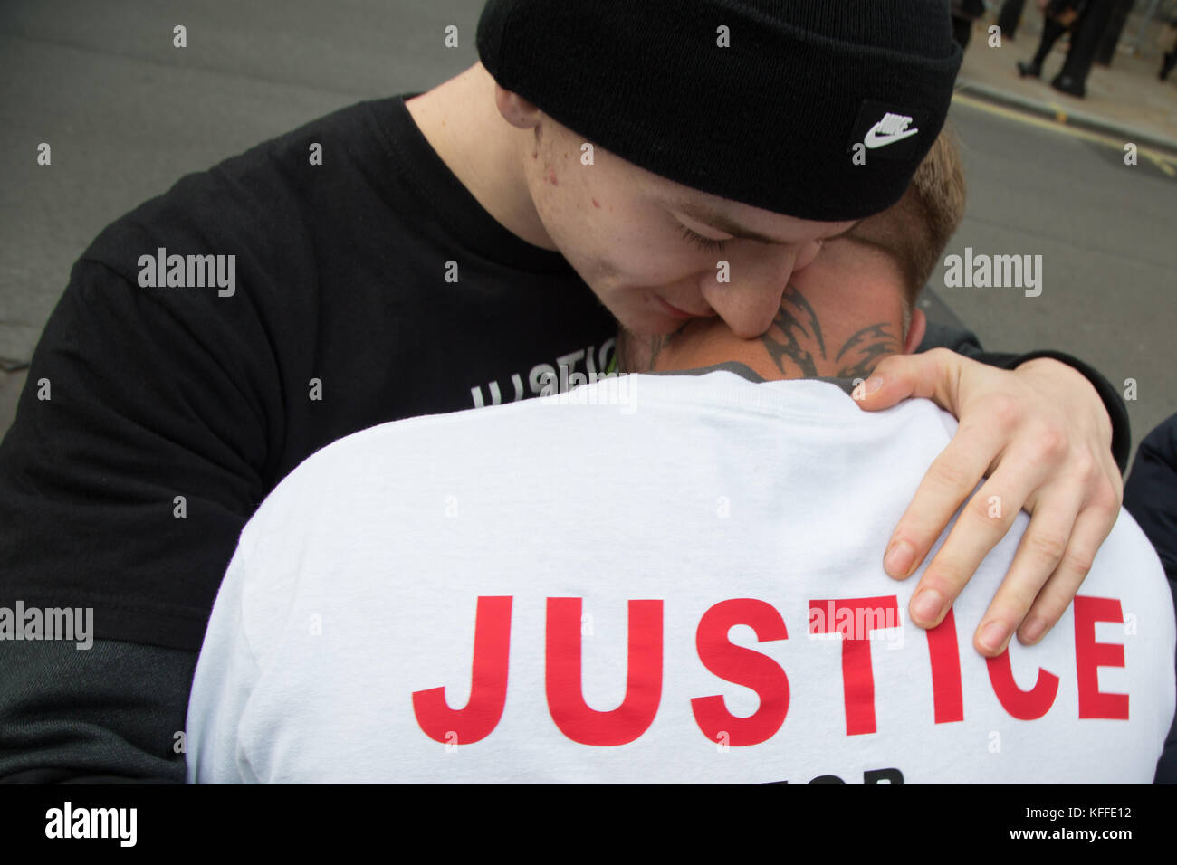 London, UK. 28th Oct, 2017. LONDON, UK 28th October 2017 A man is comforted during a demonstration to remember those - Stock Image