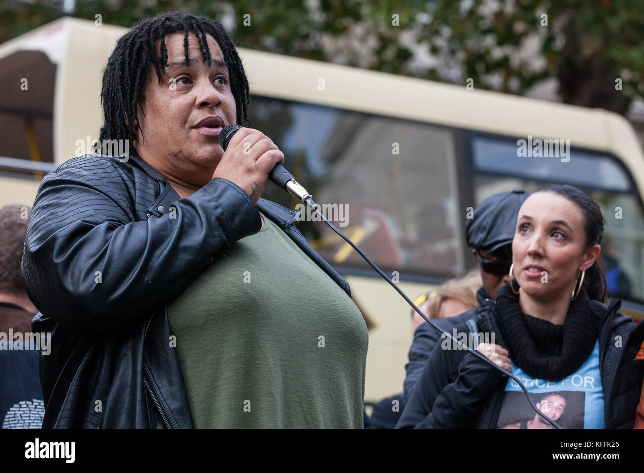 London, UK. 28th October, 2017. Karla Mohammed, mother of Mzee Mohammed, addresses campaigners from the United Families - Stock Image