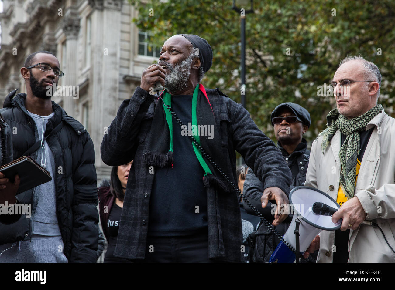 London, UK. 28th October, 2017. Brother Minka of the Pan African Community Forum addresses campaigners from the - Stock Image