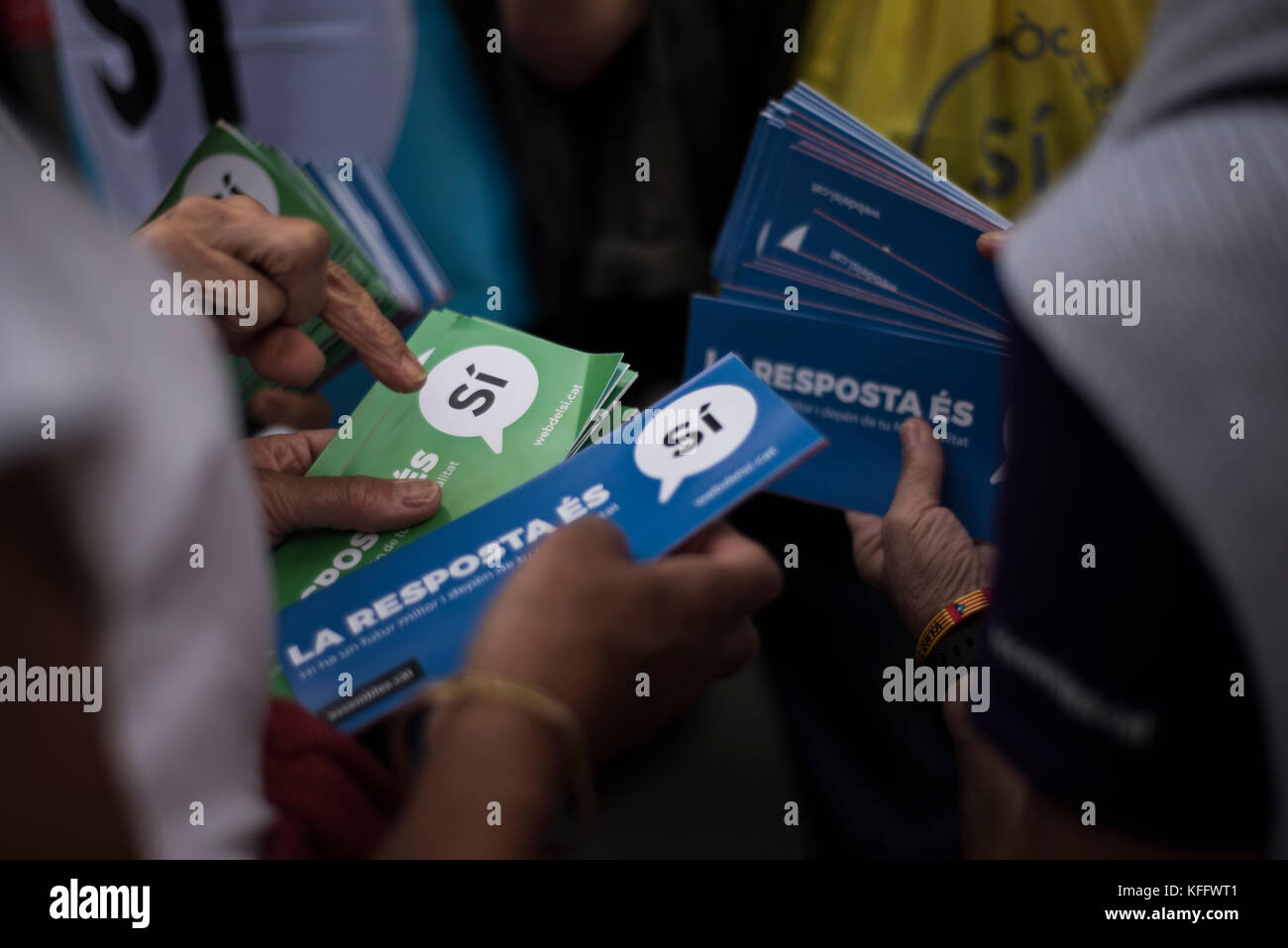 Members of the Catalan National Assembly (ANC) prepare leaflets to distribute in Barcelona. Credit: Alamy / Carles - Stock Image