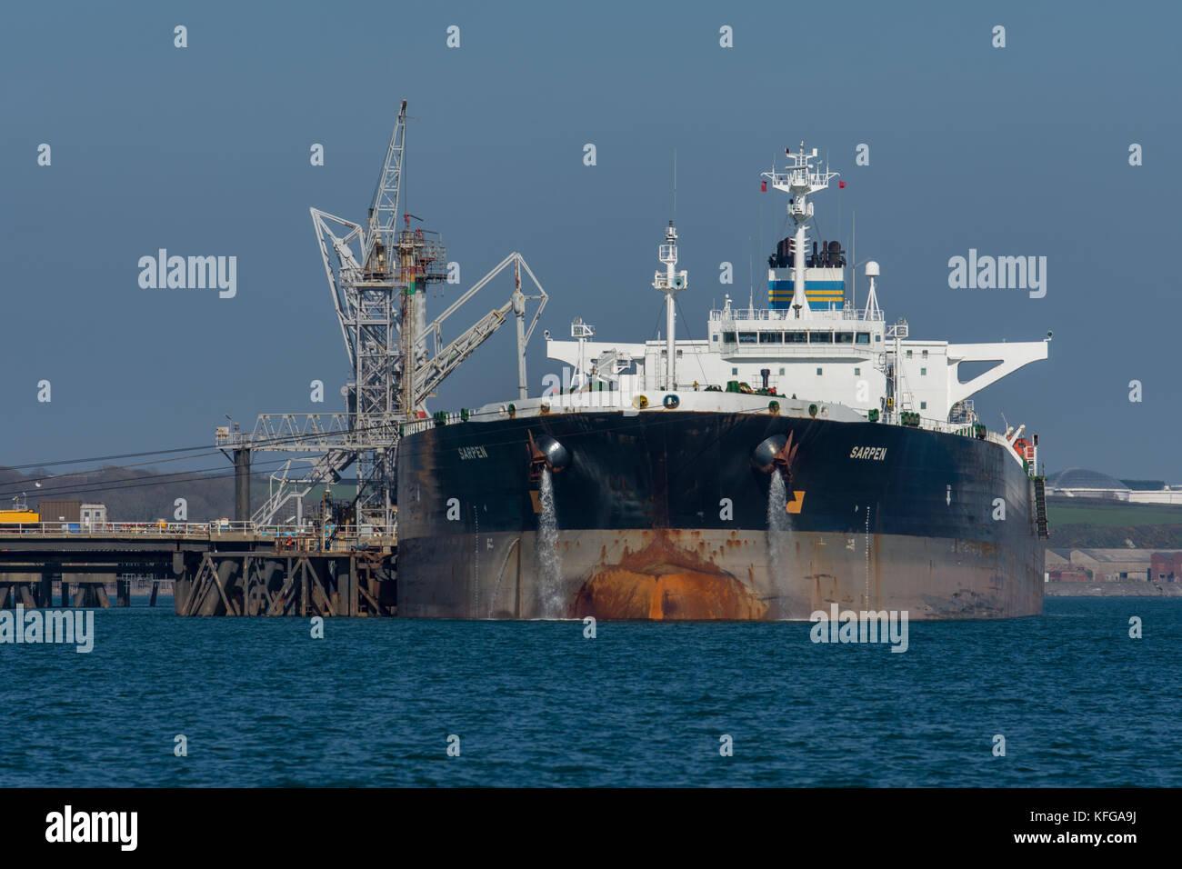 Supertanker Sarpen unloading at Valero Oil Terminal, Milford Haven Stock Photo