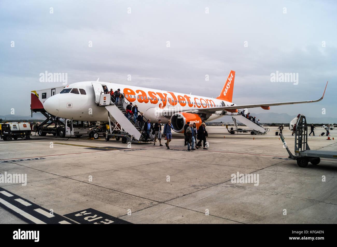 Passengers disembarking Easyjet Airbus A320-214 airliner, Granada airport, Andalucia, Spain Stock Photo