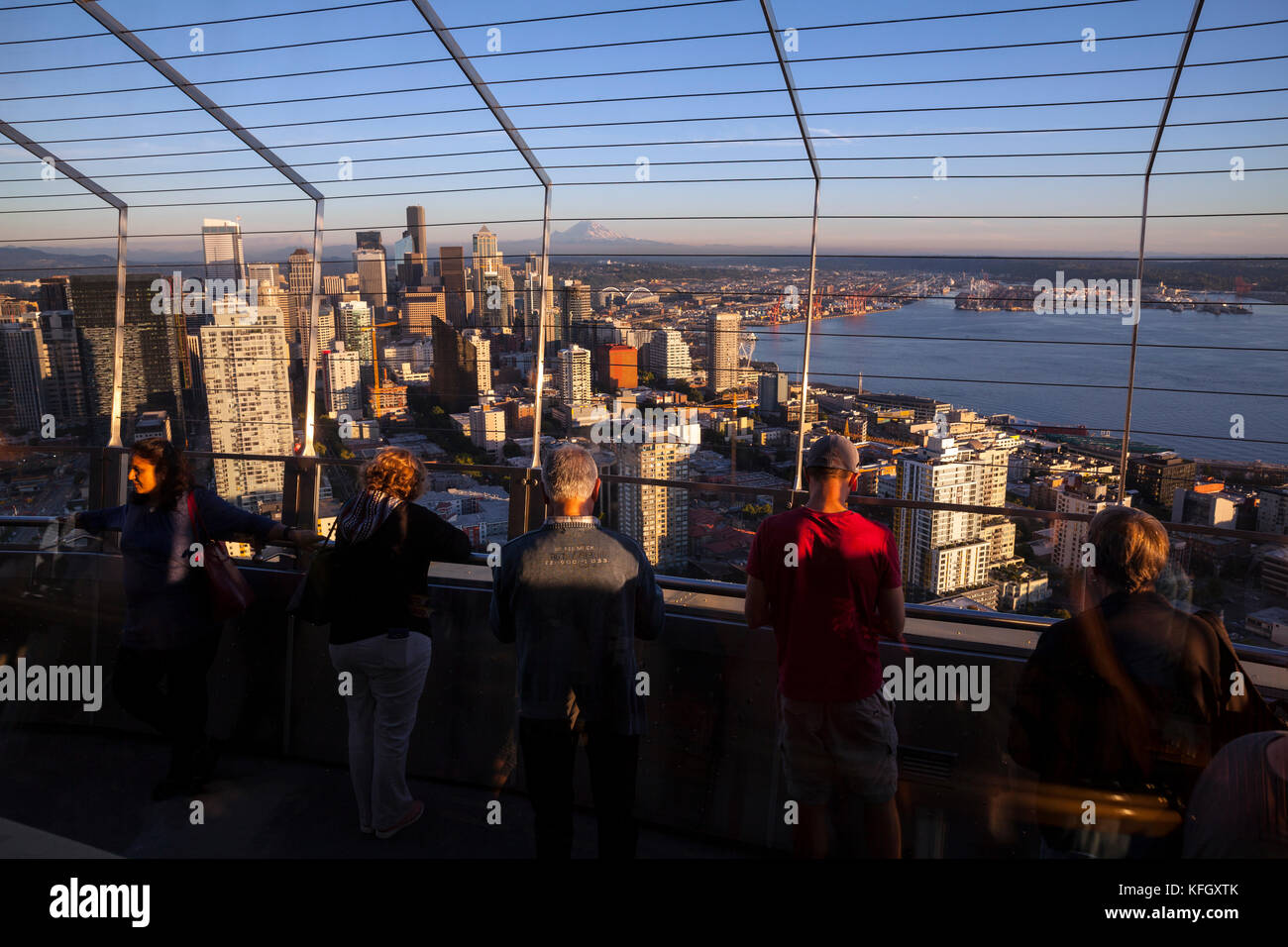 WA14147-00...WASHINGTON - View of Seattle with Mount Rainier in the distance from the observation deck of the Space - Stock Image