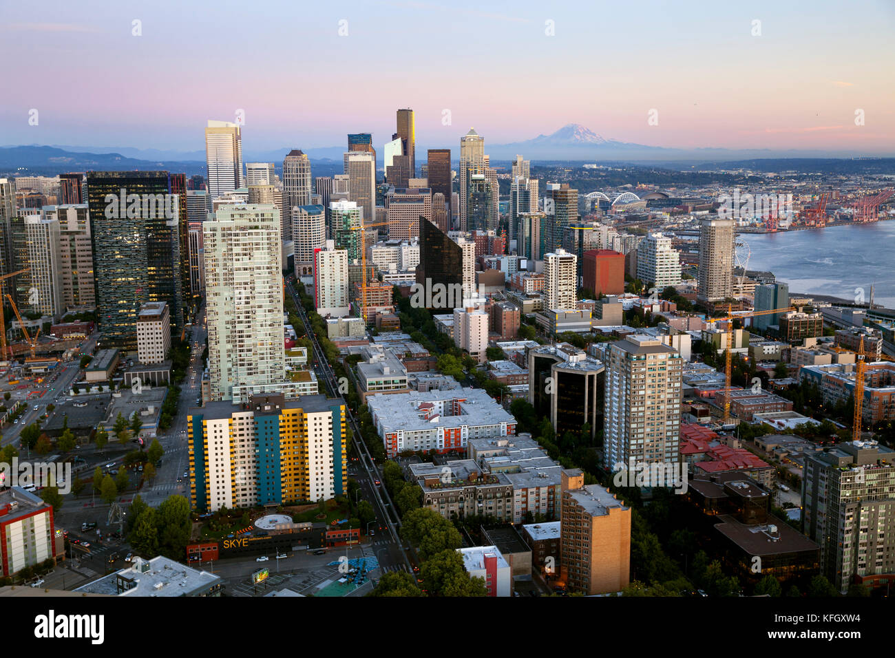 WA14151-00...WASHINGTON - View of Seattle and Mount Rainier from the observation deck of the Space Needle in the - Stock Image