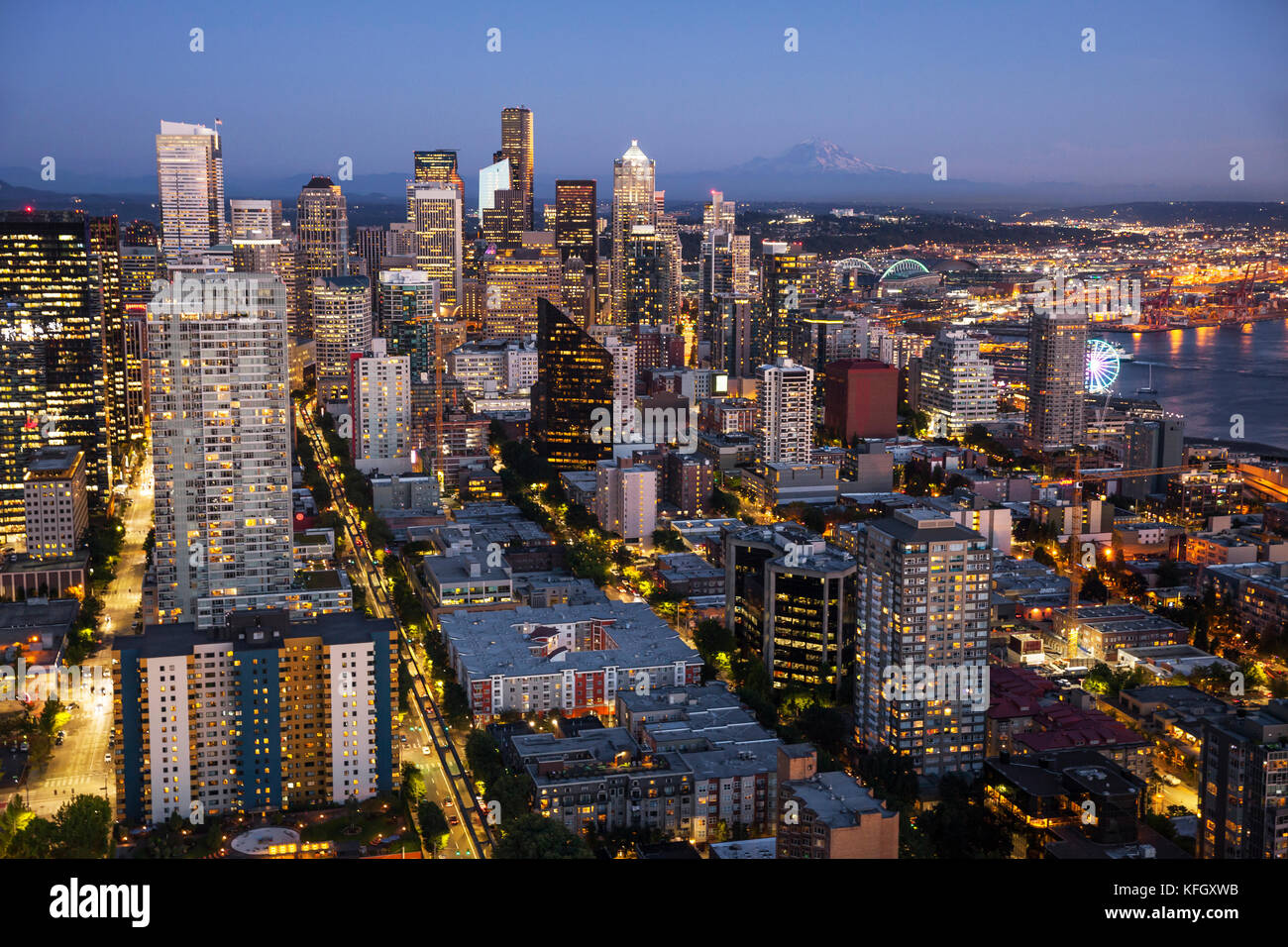WA14153-00...WASHINGTON - View of Seattle and Mount Rainier from the observation deck of the Space Needle in the - Stock Image