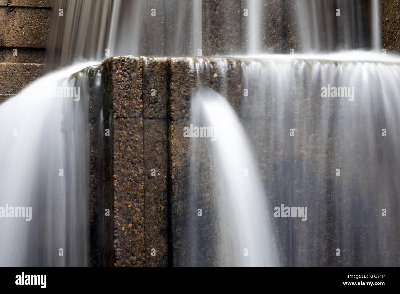 WA14177-00...WASHINGTON - Water feature at Freeway Park in Seattle. - Stock Image
