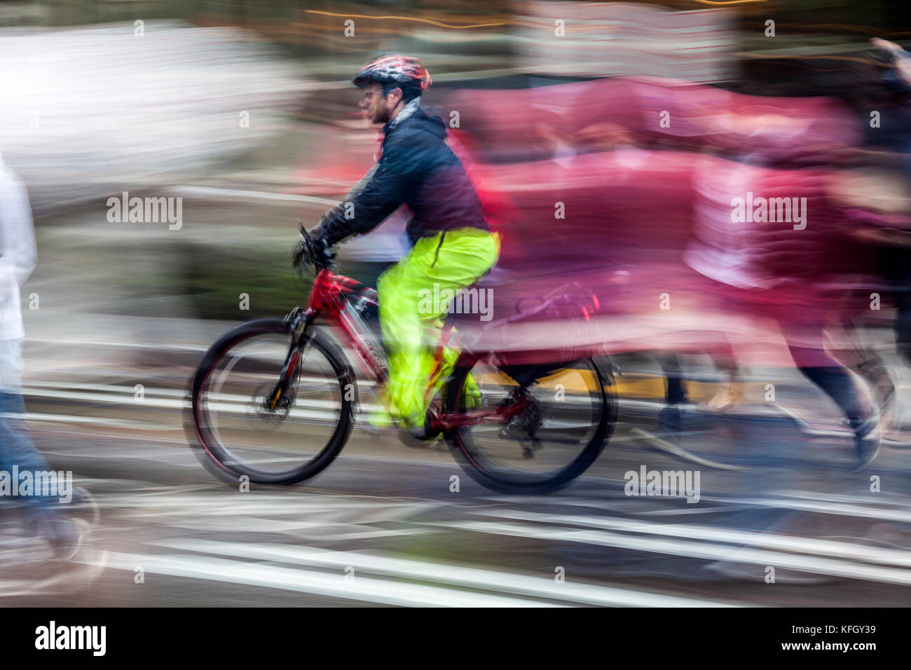 WA14183-00...WASHINGTON - Bicycle ridder on a wet day in down town Seattle. (No MR) - Stock Image